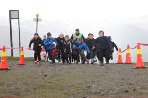 Ungar som deltek og spring i Førde Opp